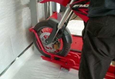 Aparcar tu moto en el garaje con una sola plaza.