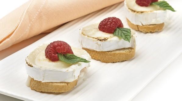 Minipan con queso de cabra, frambuesa y hierbabuena