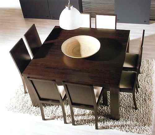 Muebles b sicos en un piso de soltero for Sillas plasticas comedor