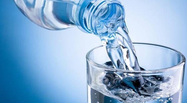 Una botella de agua antes de cada comida promueve la pérdida de peso