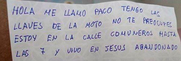 Un indigente encuentra una moto con las llaves puestas y deja esta nota