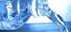 Por qué debe evitar beber agua en botellas de plástico